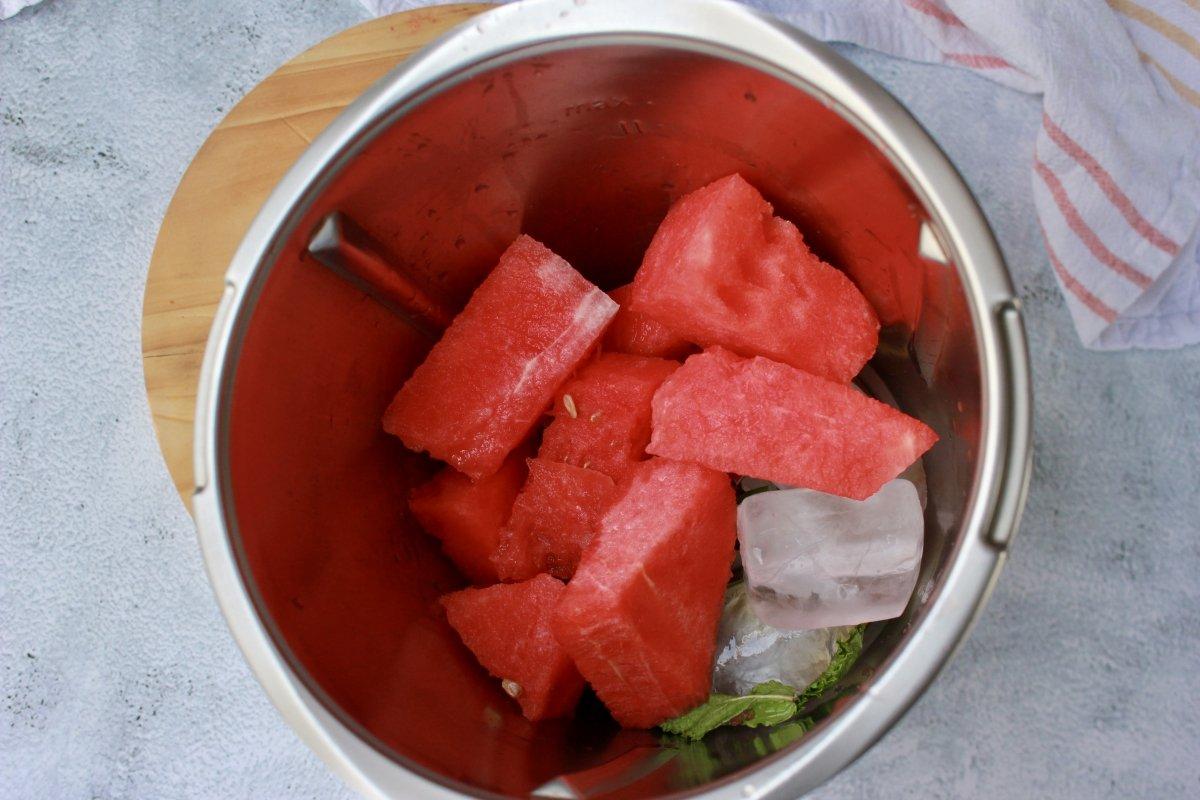 Bol con los ingredientes para hacer granizado de sandía y menta