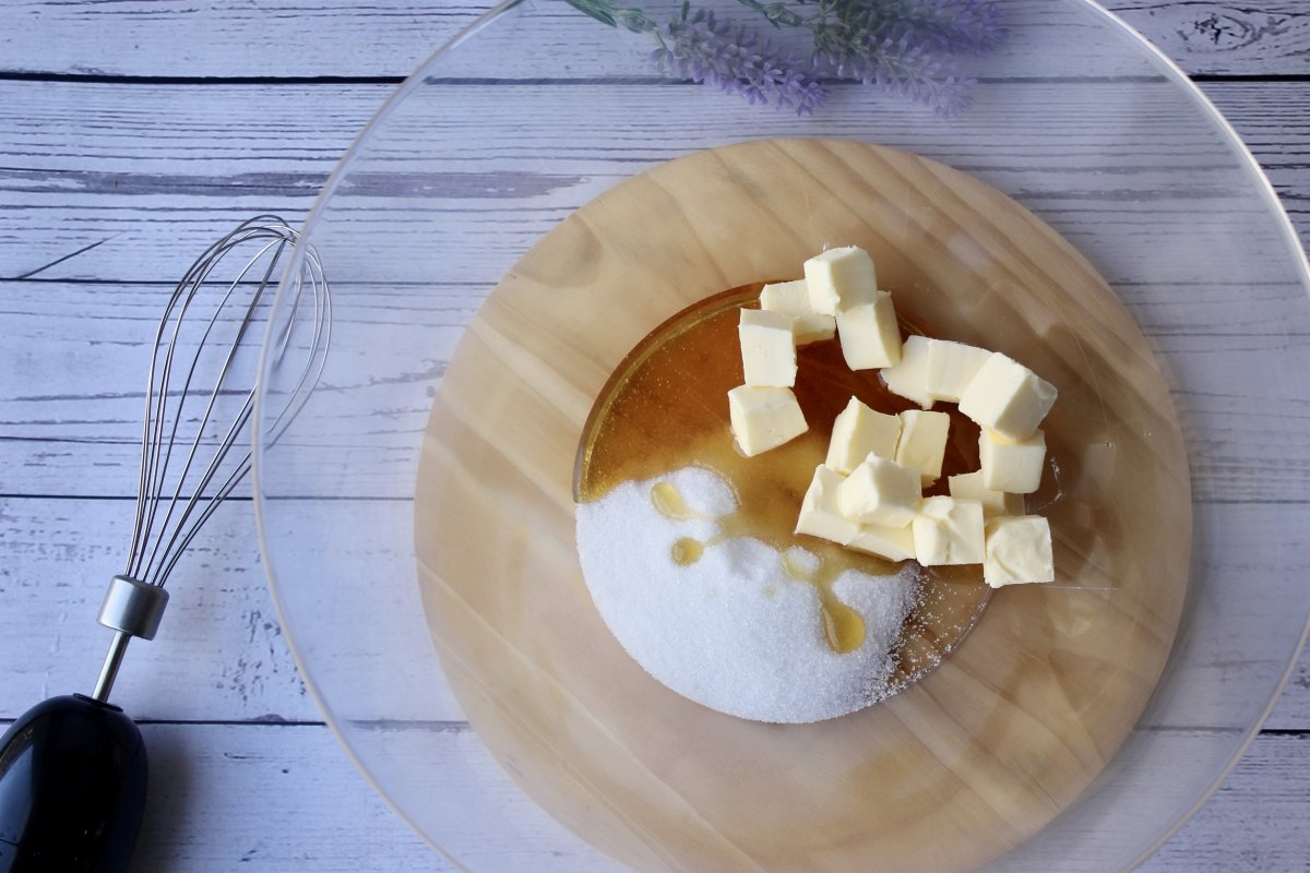 Bol con mantequilla, azúcar y miel previo a su mezcla