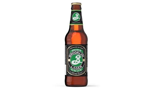 Botella de Brooklyn Brewery sobre fondo blanco