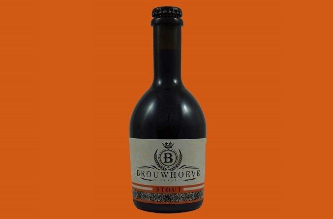 Botella de Brouwhoeve Stout sobre fondo naranja