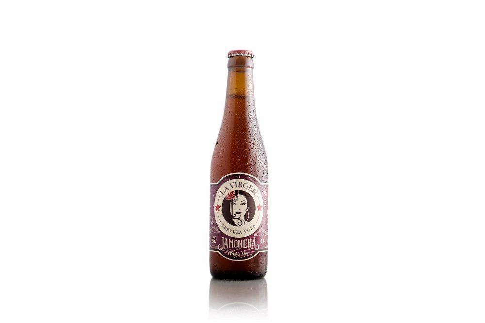 Botella de cerveza La Virgen Jamonera sobre fondo blanco