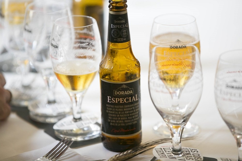 Botella de Dorada Especial Extra Maduración y copas sobre una mesa