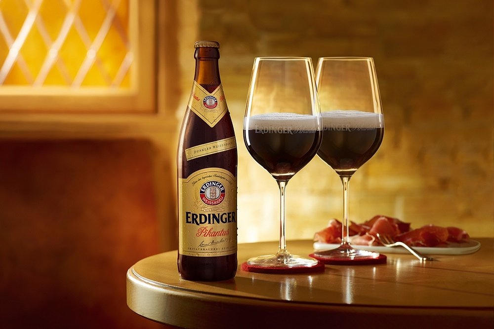 Botella de Erdinger Pikantus junto a dos copas de cerveza