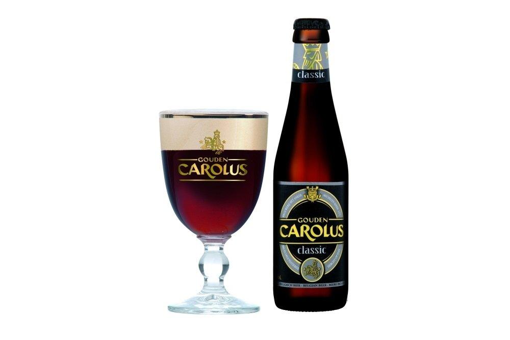 Botella de Gouden Carolus Classic junto a su copa oficial