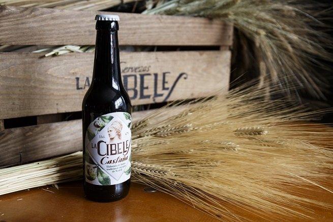 Botella de La Cibeles Castaña frente a una caja de madera