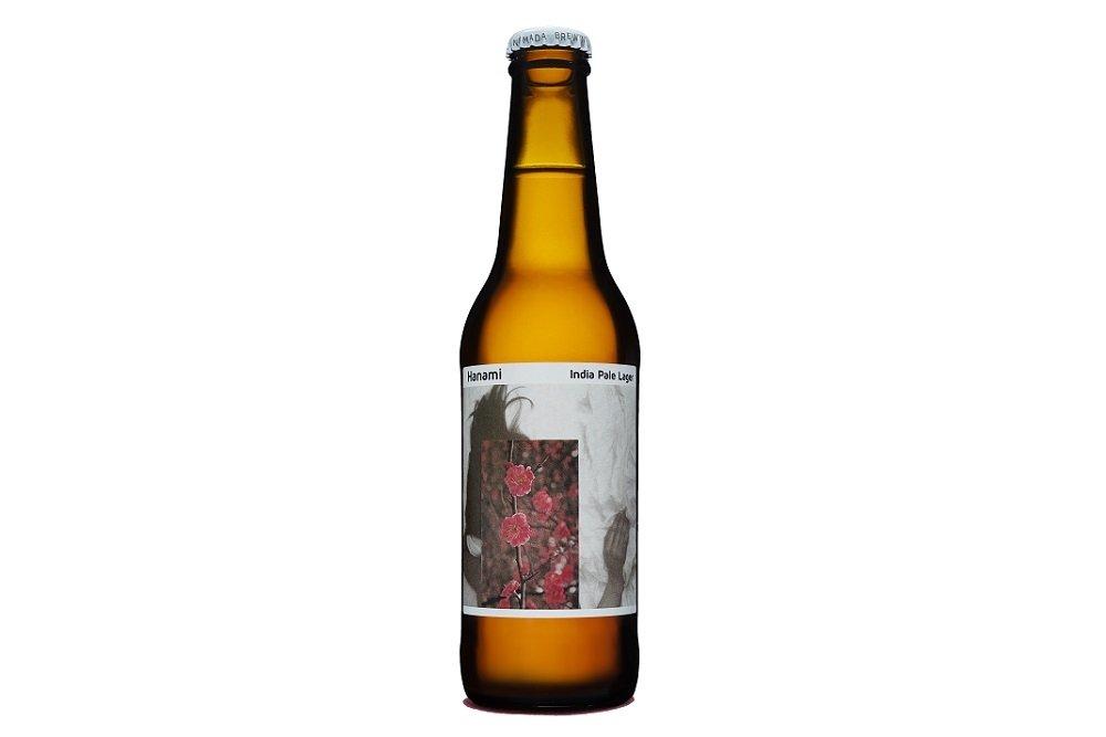 Botella de Nómada Hanami sobre fondo blanco