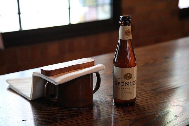 Botella de Spencer Trappist Ale sobre madera