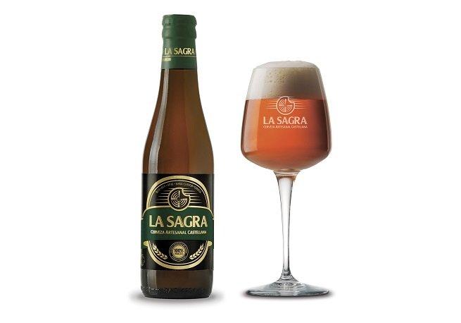 Botella y vaso de La Sagra Premium