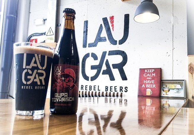 Botella y vaso de Laugar Aupa Tovarisch