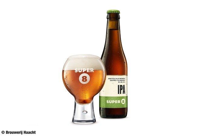Botella y vaso de Super 8 IPA sobre fondo blanco