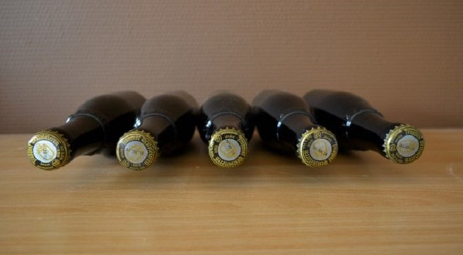 Botellas de Westvleteren XII tumbadas sobre una mesa