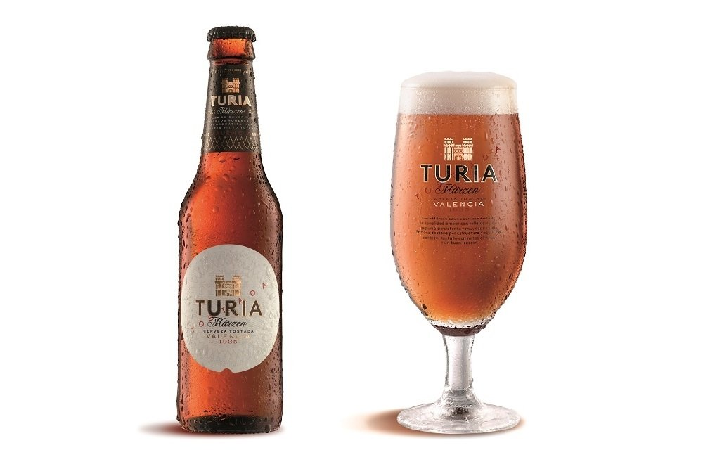 Botellín de tercio de Turia Märzen junto a una copa de cerveza