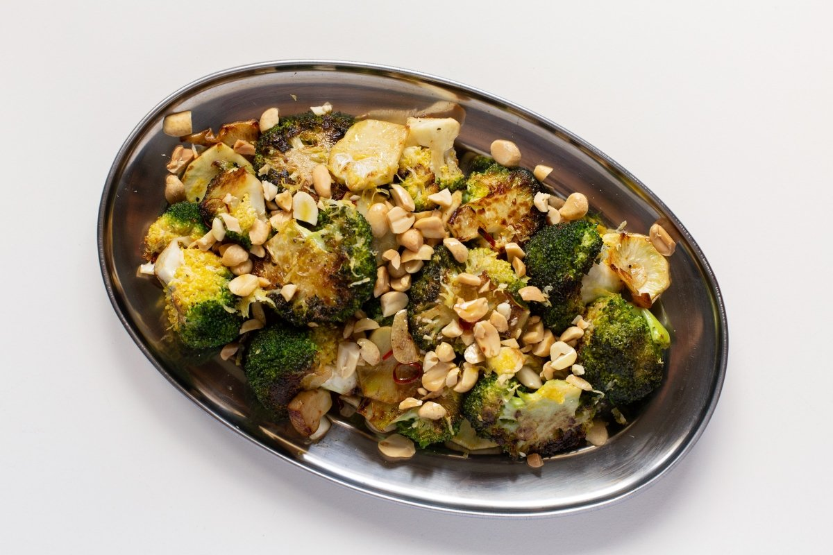 Brócoli a la plancha con ajo, guindilla y cacahuetes terminado