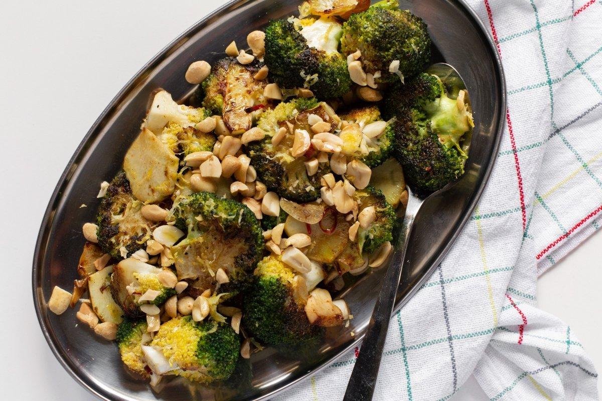 Brócoli a la plancha con ajo, guindilla y cacahuetes