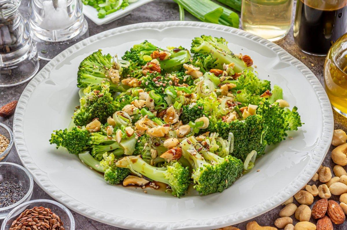 Brócoli al vapor con vinagreta de frutos secos