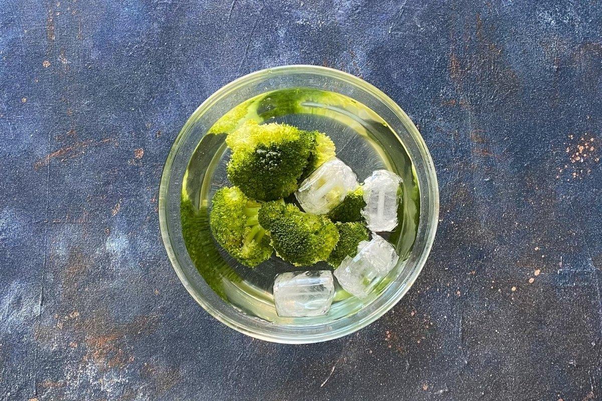 Brócoli en agua con hielo para detener su cocción