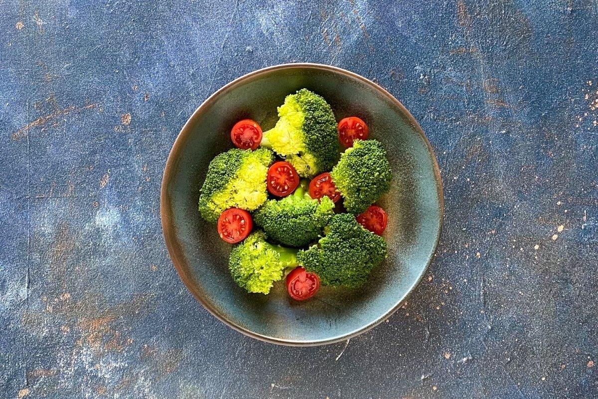 Brócoli y tomate cherry para ensalada