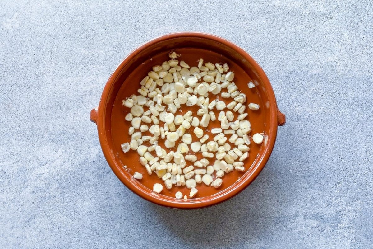 Cacahuazintle hirviendo para elaborar pozole blanco