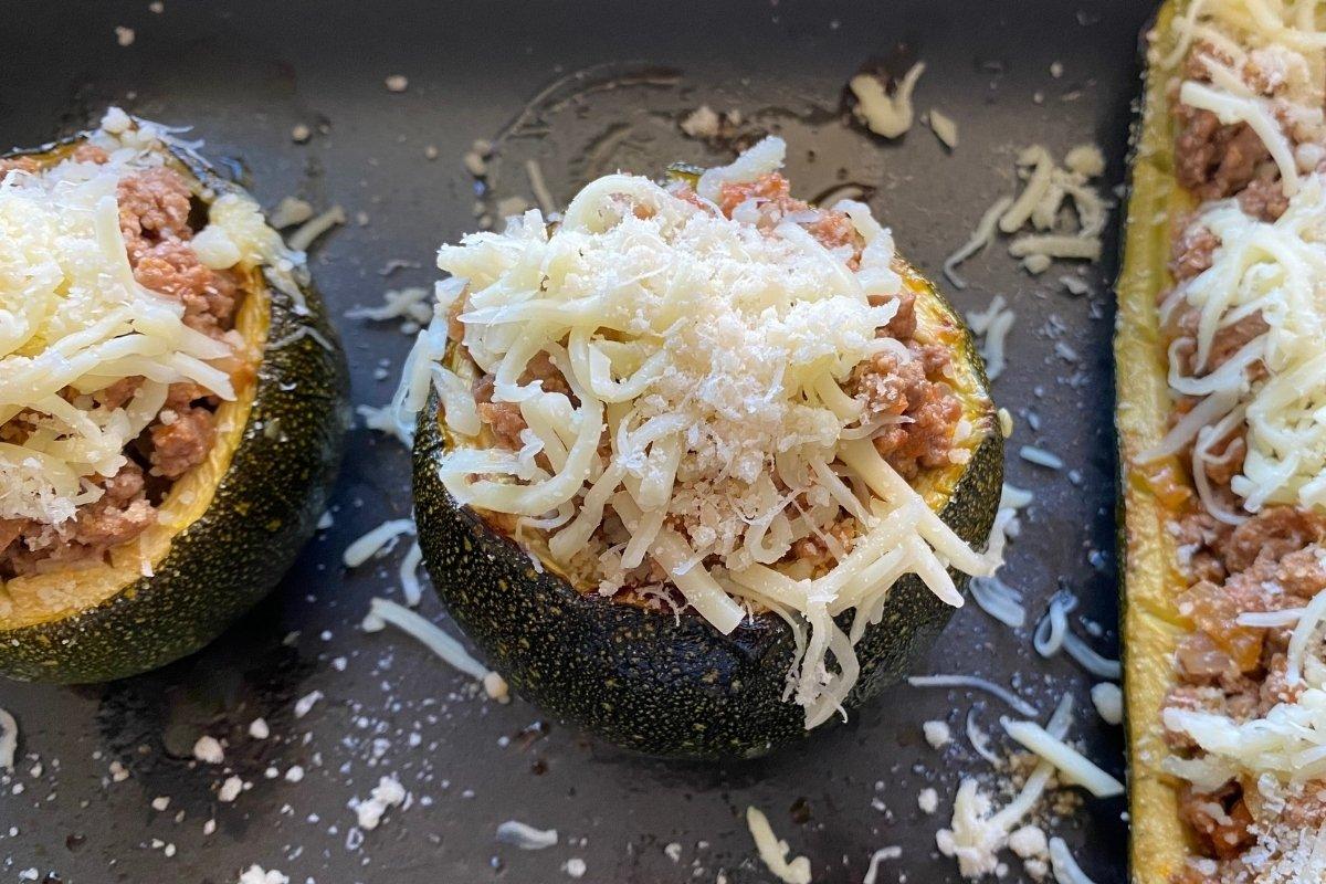 Calabacines rellenos de carne y queso para hornear