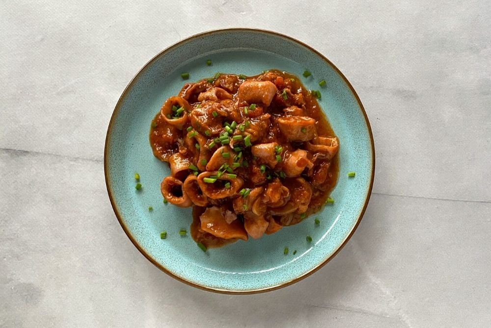Calamares en salsa americana con cebollino espolvoreado