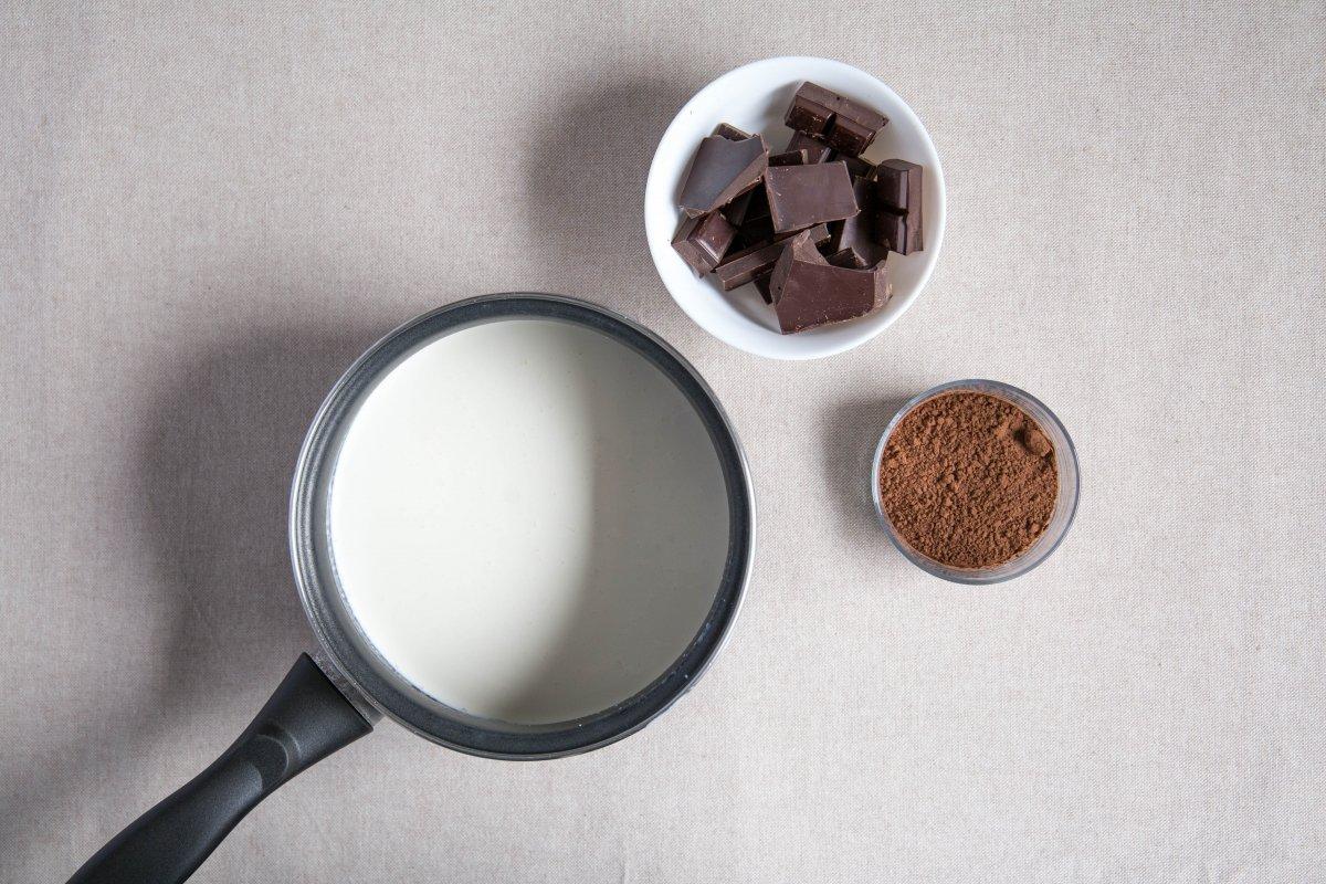 Calentar la nata y la leche
