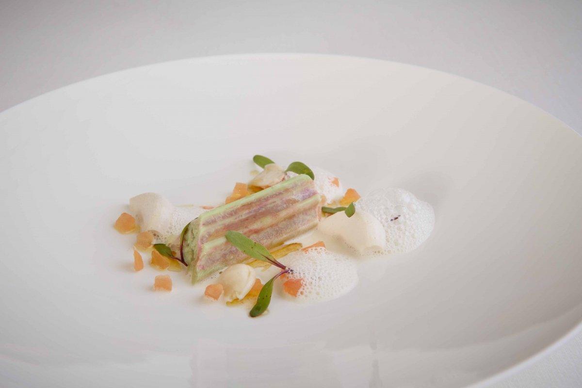 Cardo rojo, ajos de almendras, vinagreta y aire de comino del Hotel Gastronómico Echaurren