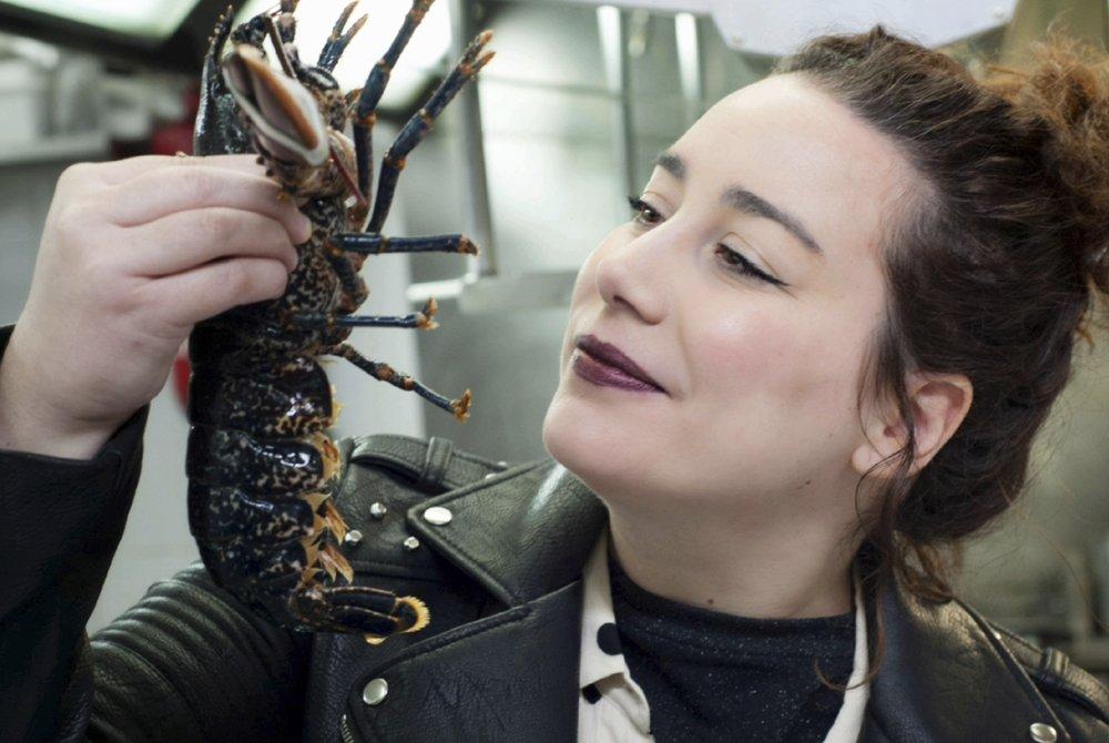 Carmen Alcaraz examinando un producto fresco