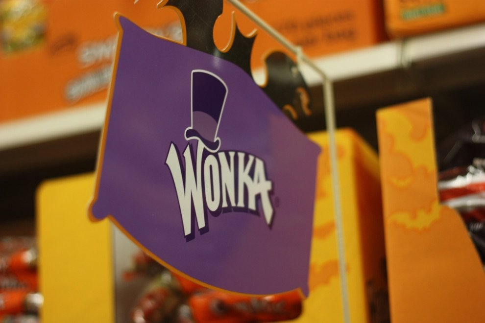 Cartel de entrada a una tienda de chocolates Wonka