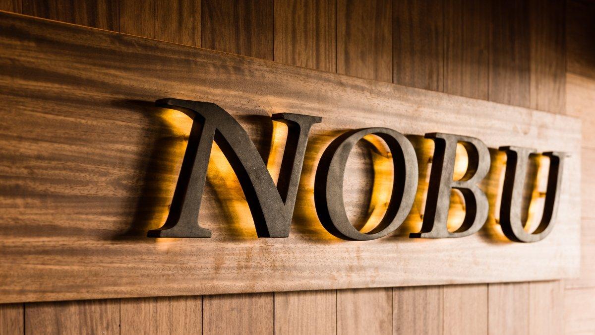 Cartel del restaurante Nobu en Puente Romano de Marbella