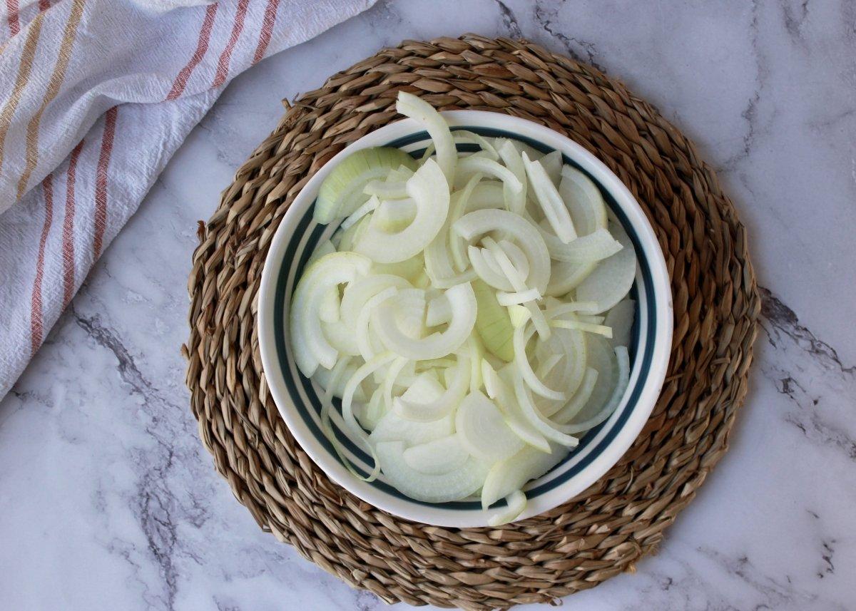 Cebolla cortada en juliana preparada para ponchar