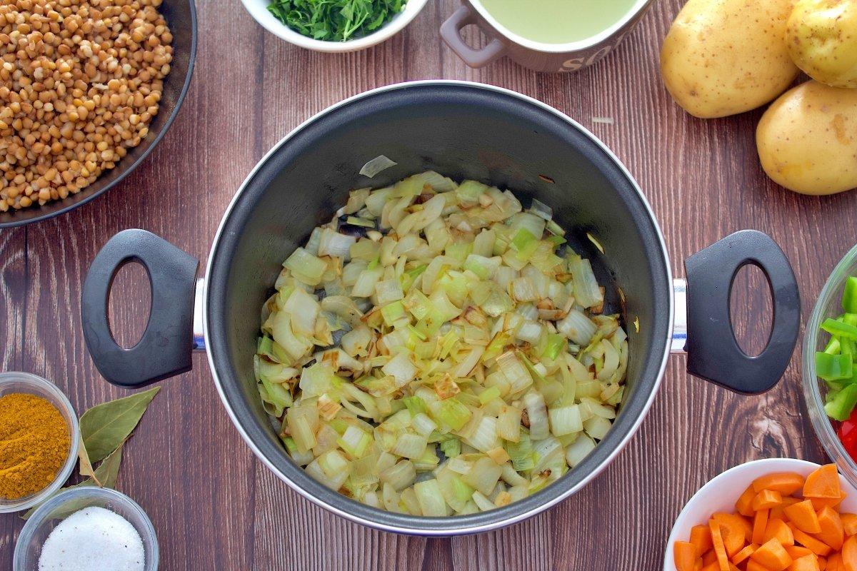Cebolla y ajo de la crema de lentejas al curry en la olla