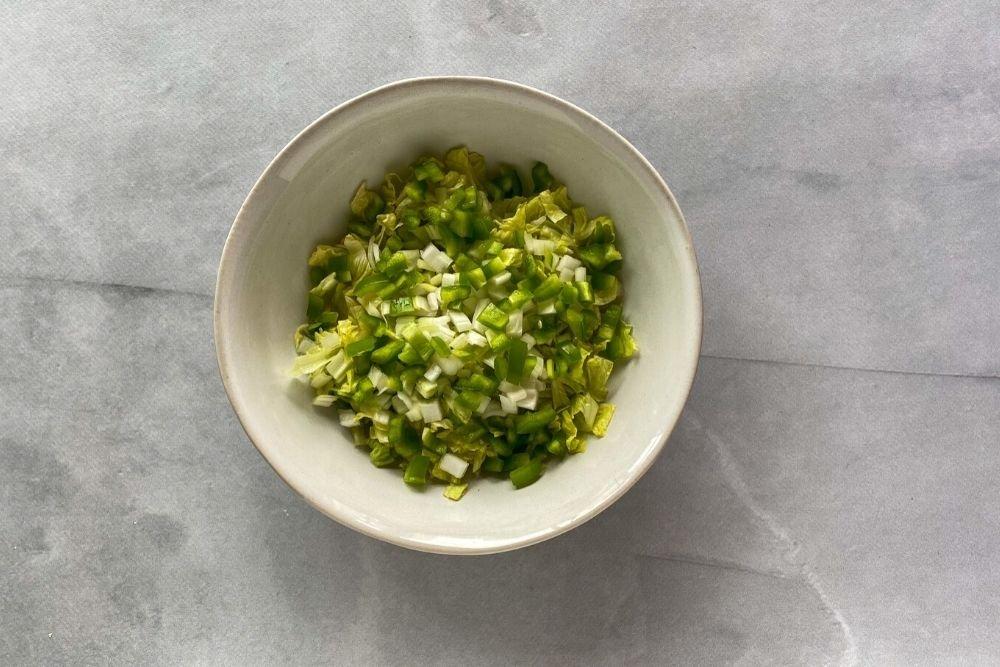 Cebolla y pimiento verde para ensalada fattoush