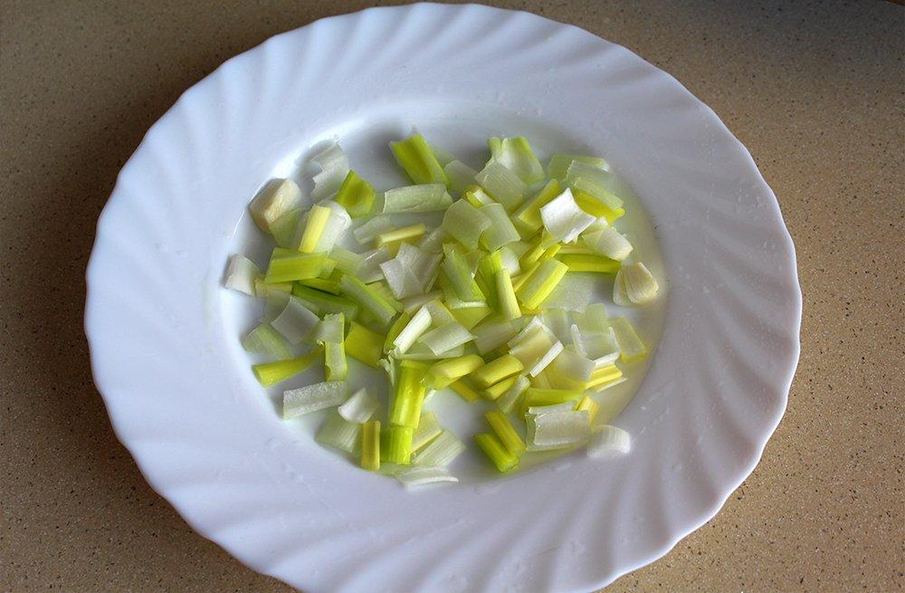 Cebolleta de las patatas aliñadas con bacalao troceada