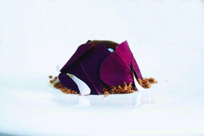 Cebolleta glaseada, oxalis rojo y tomillo, un plato de Bastard en la Casona del Judío