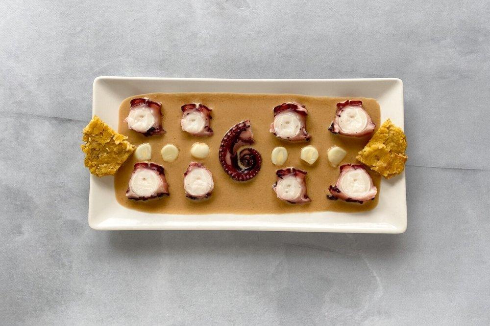 Ceviche nikkei de pulpo decorado con pantacones y choclo