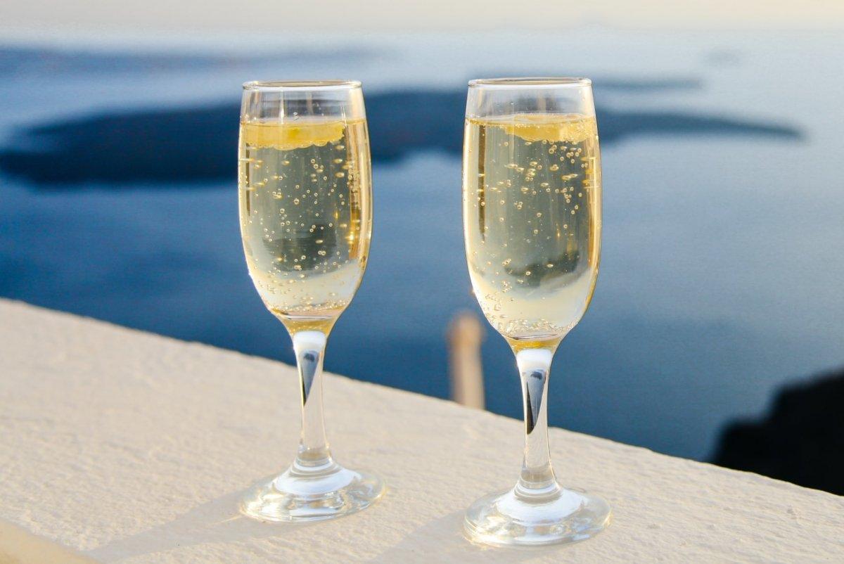 Dos copas de champagne o cava