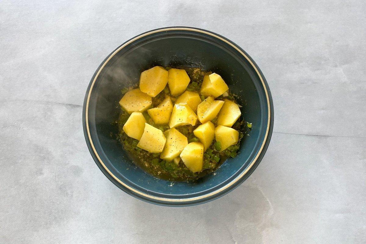 Chascar las patatas y añadirlas al sofrito