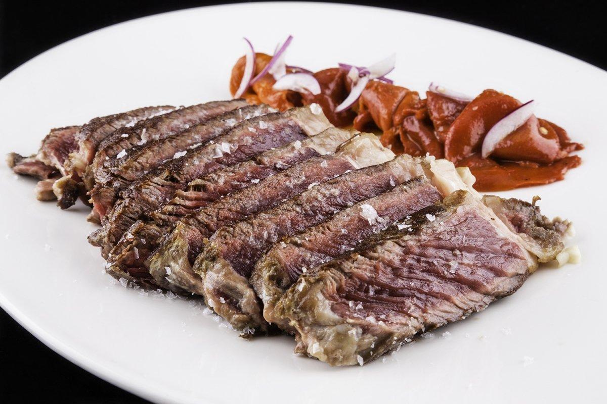 Chuletón de vaca gallega a la brasa con pimientos del piquillo confitados del restaurante Castru El