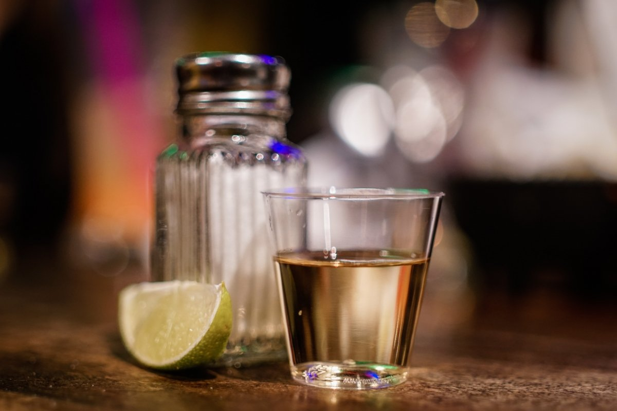 Chupito de tequila con sal y limón