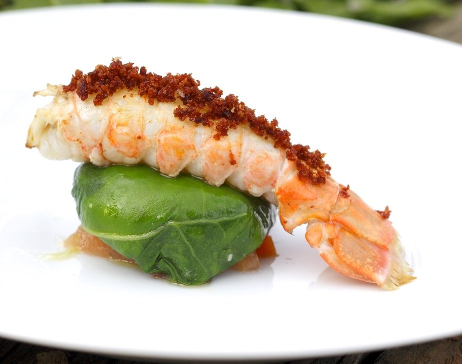 Cigala asada sobre rabioli de marisco del restaurante Venta Moncalvillo