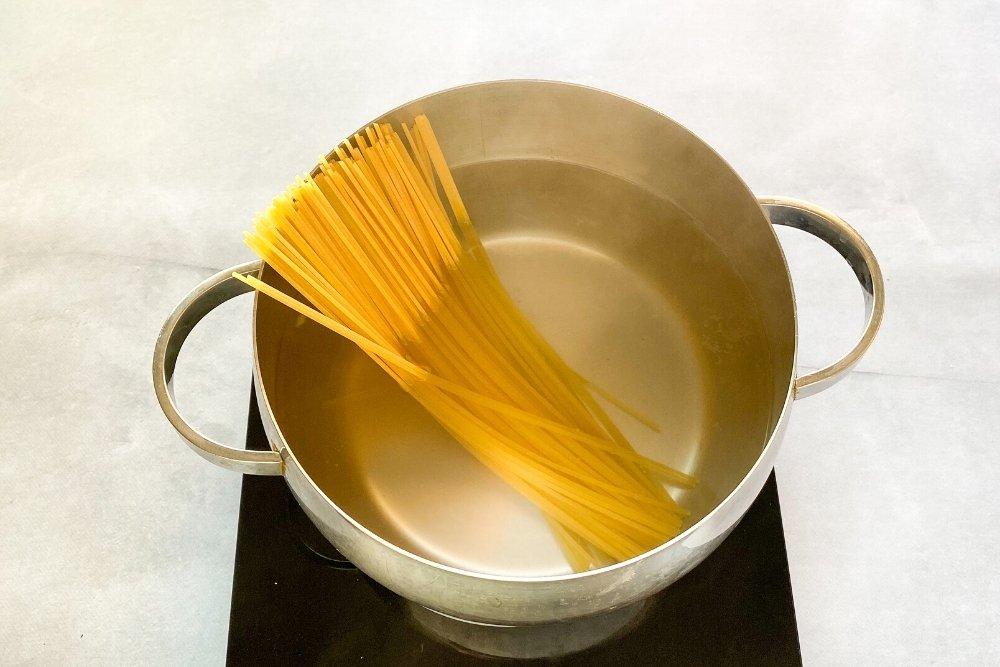 Cocción de espaguetis para la receta espaguetis alio e oleo