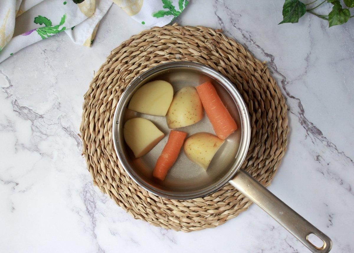 Cocción de la patata y la zanahoria troceada para la mezcla de las croquetas de garbanzos