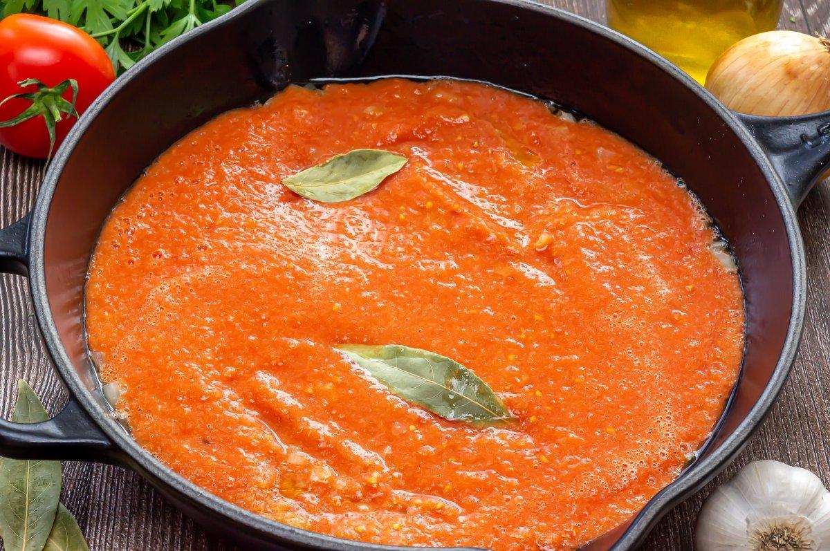 Cocción de la salsa de tomate para las albóndigas