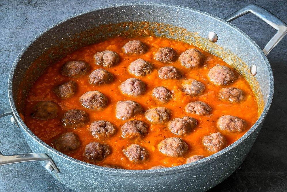 Cocción de las albóndigas en la salsa de tomate