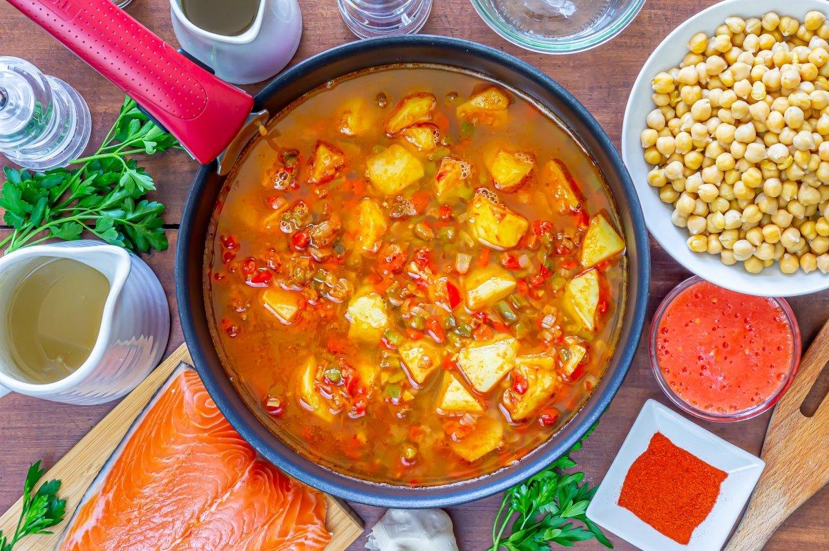 Cocción de las patatas para los garbanzos con salmón