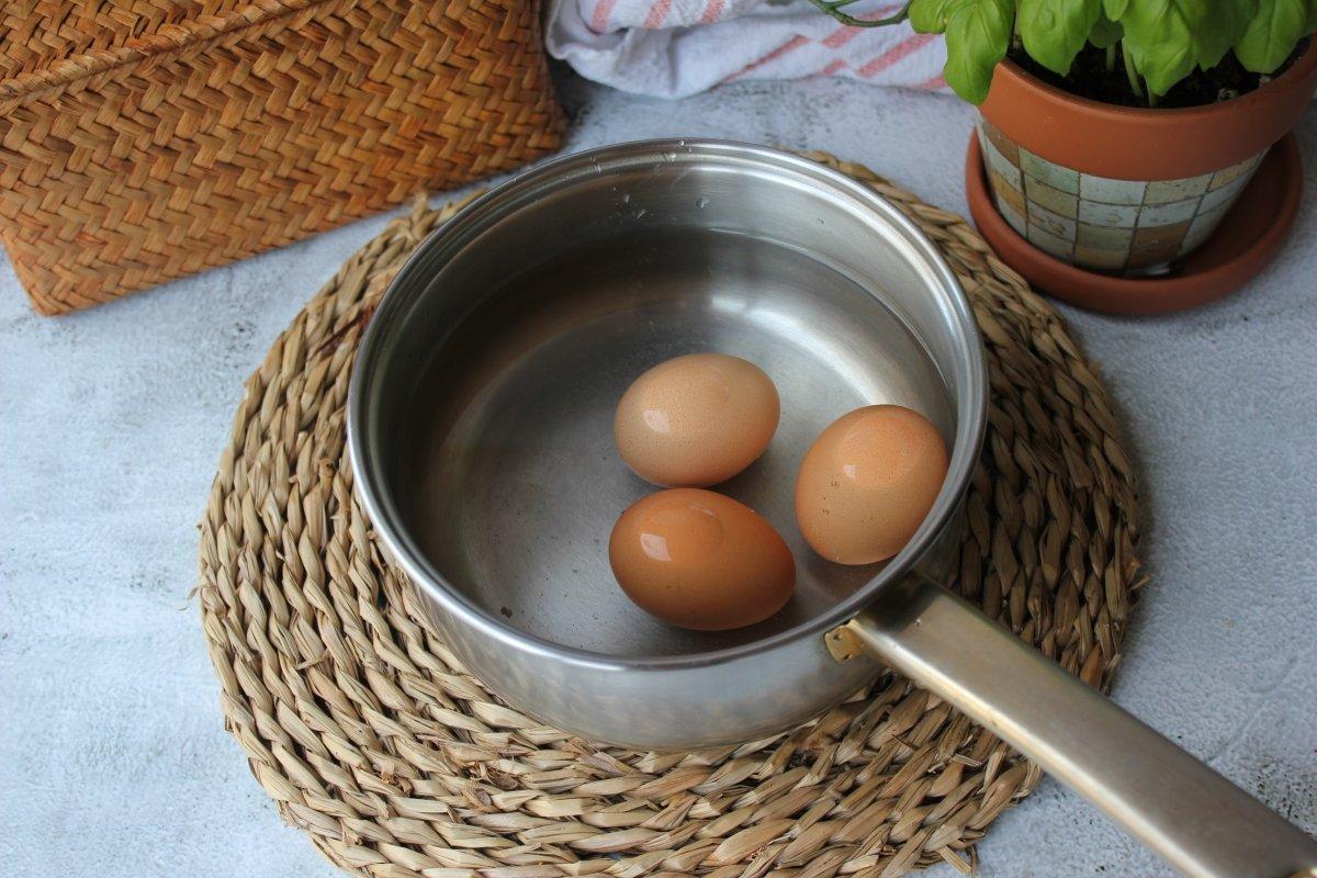 Cocción de los huevos en un cazo con agua *