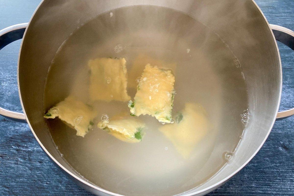 Cocción de raviolis de pasta fresca