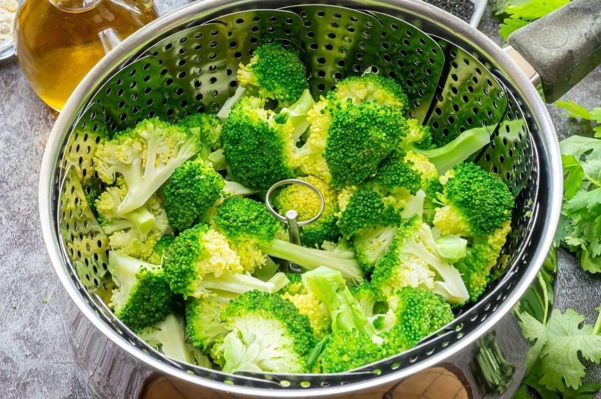 Cocer el brócoli para el tofu con verduras