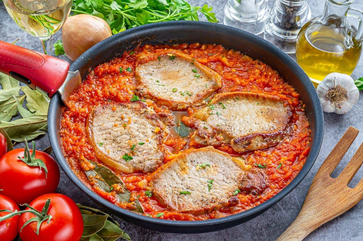 Cocer el lomo en la salsa de tomate