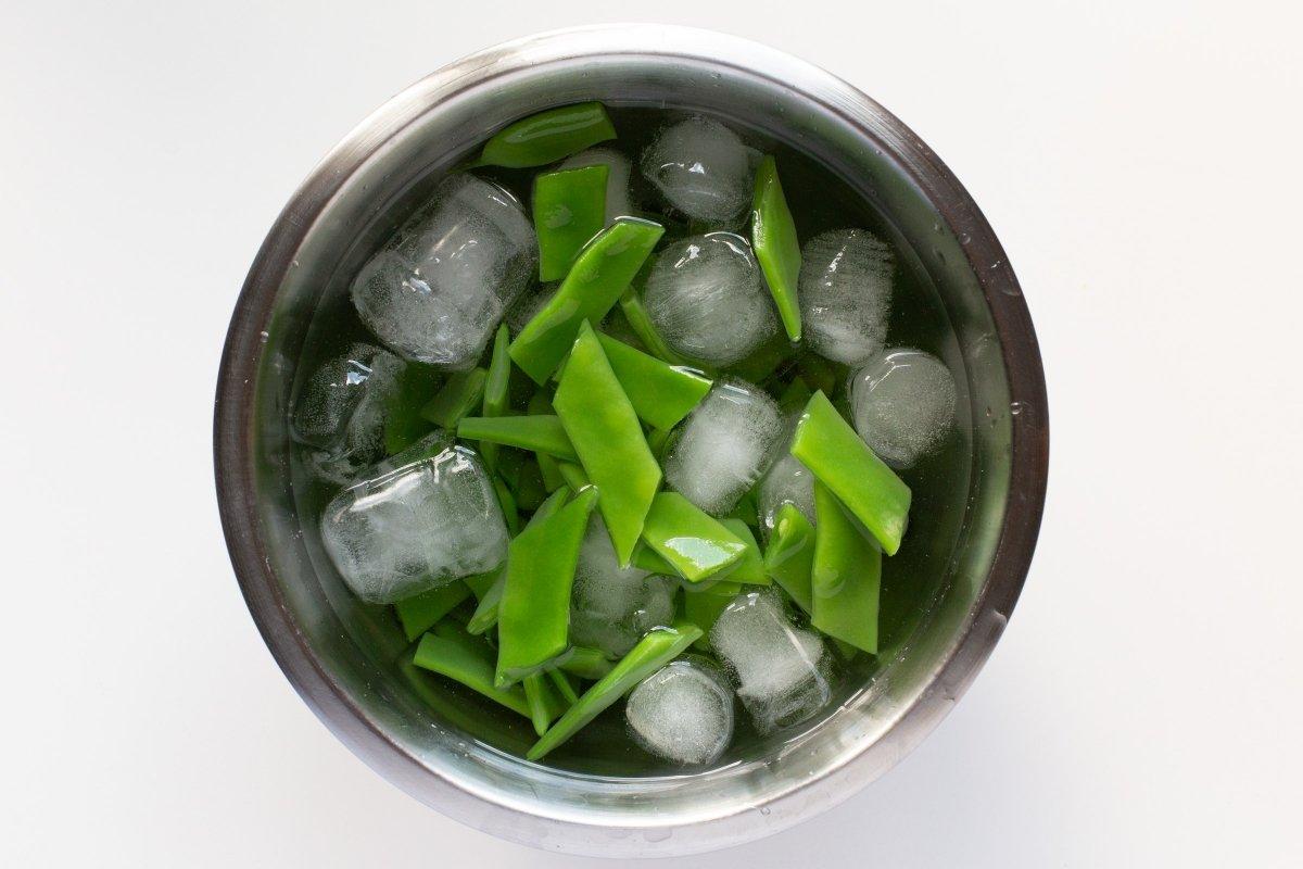 Cocer en agua hirviendo y pasarlas a agua con hielo
